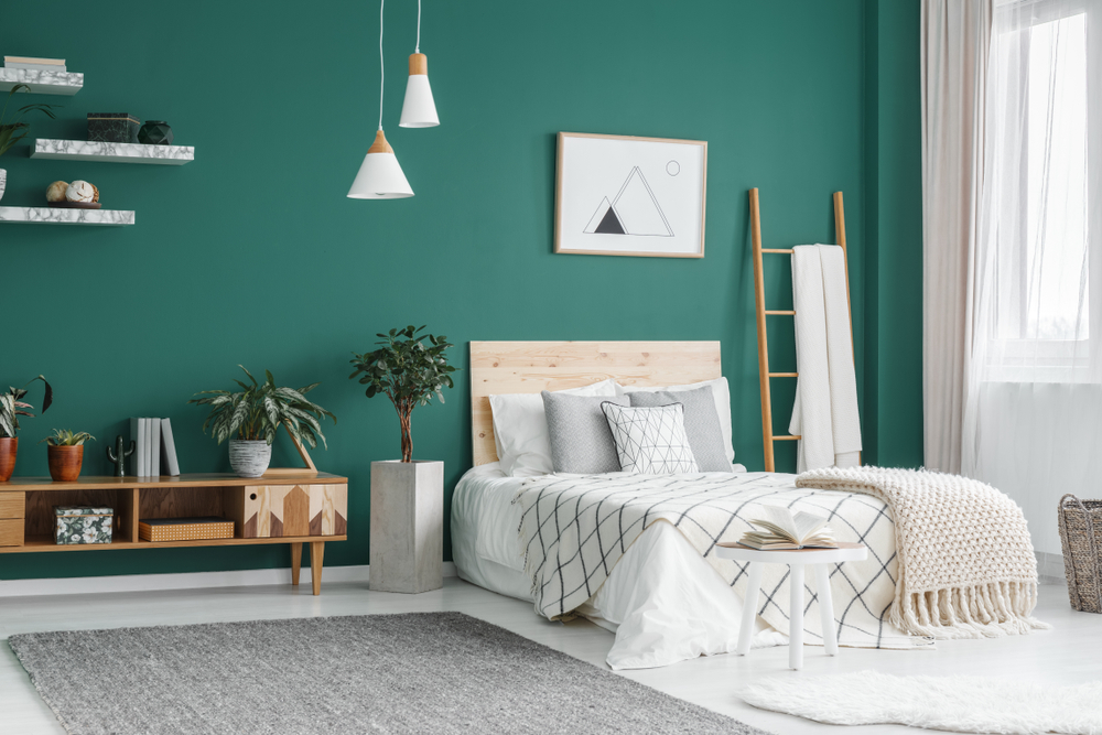 Schlafzimmer mit gruener Wand